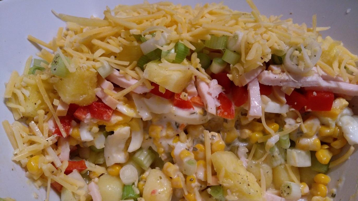 Laagjes-salade met krieltjes,gerookte kip en ananas