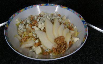 Witlof-salade met peer, blauwe kaas en walnoten