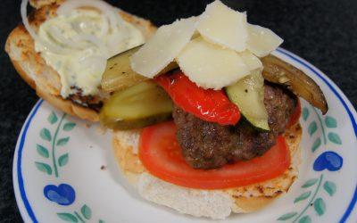 Burger met gegrilde groenten, parmezaanse kaas en dragonmayonnaise