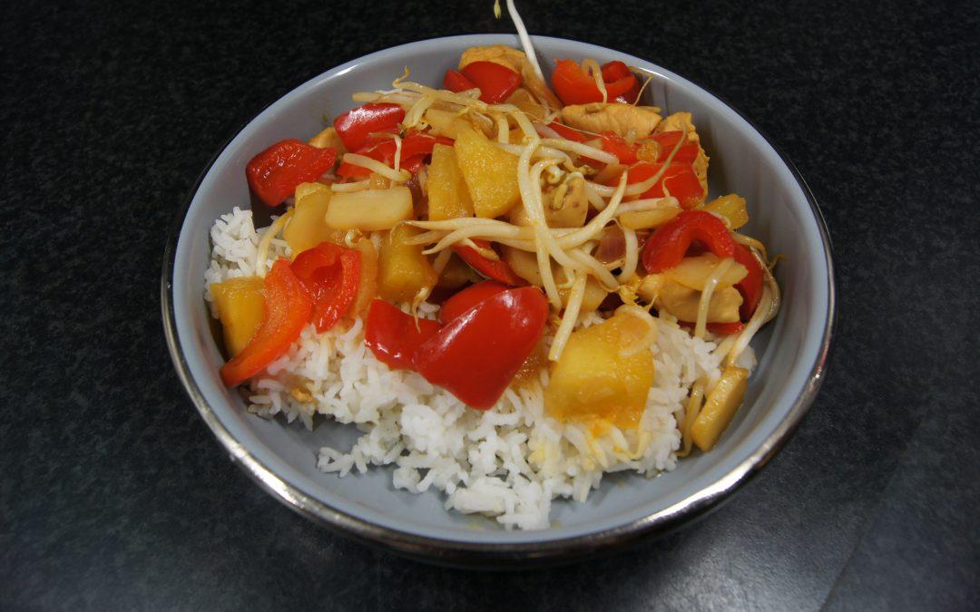 Zoetzure kip met ananas en waterkastanje