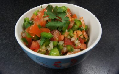 Klassieke cachumber van ui en tomaat