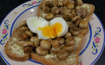 Zachtgekookt ei met gebakken champignons
