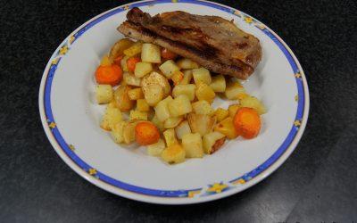 Traybake van pastinaak, wortel en koolraap met schouderkarbonade