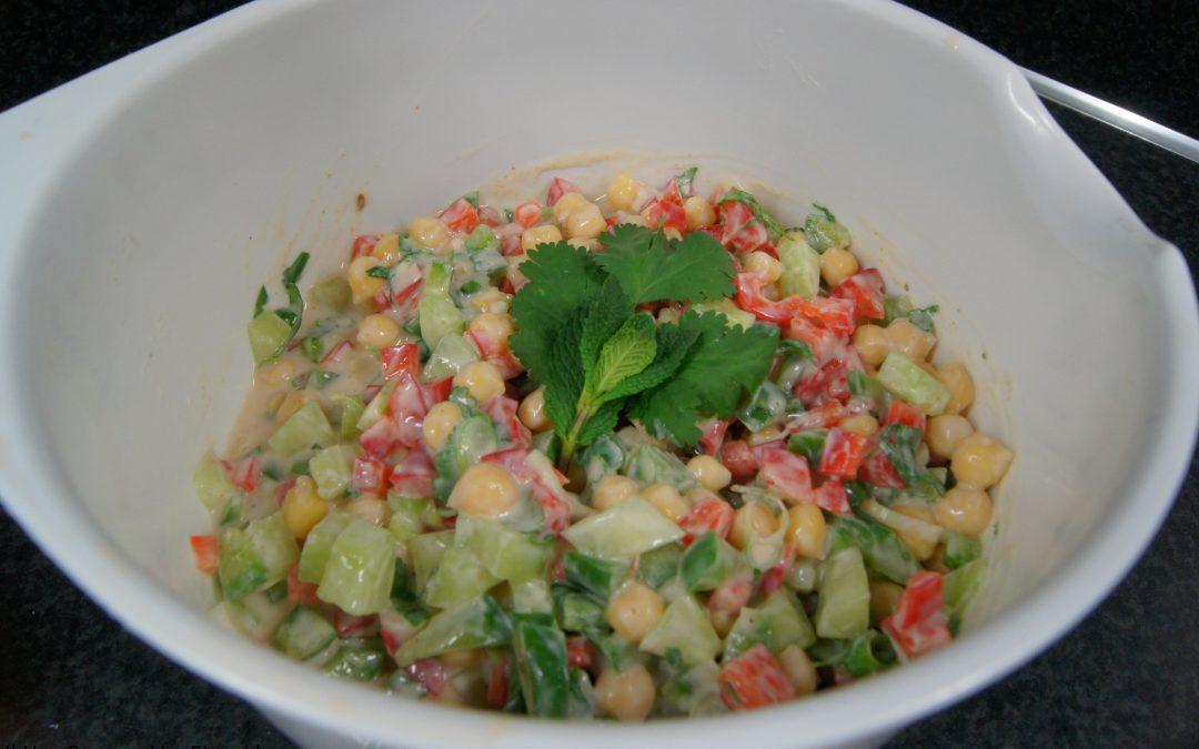 Salade van kikkererwten in yoghurt