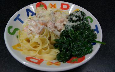 Tagliatelle met zalmroomsaus en roergebakken spinazie