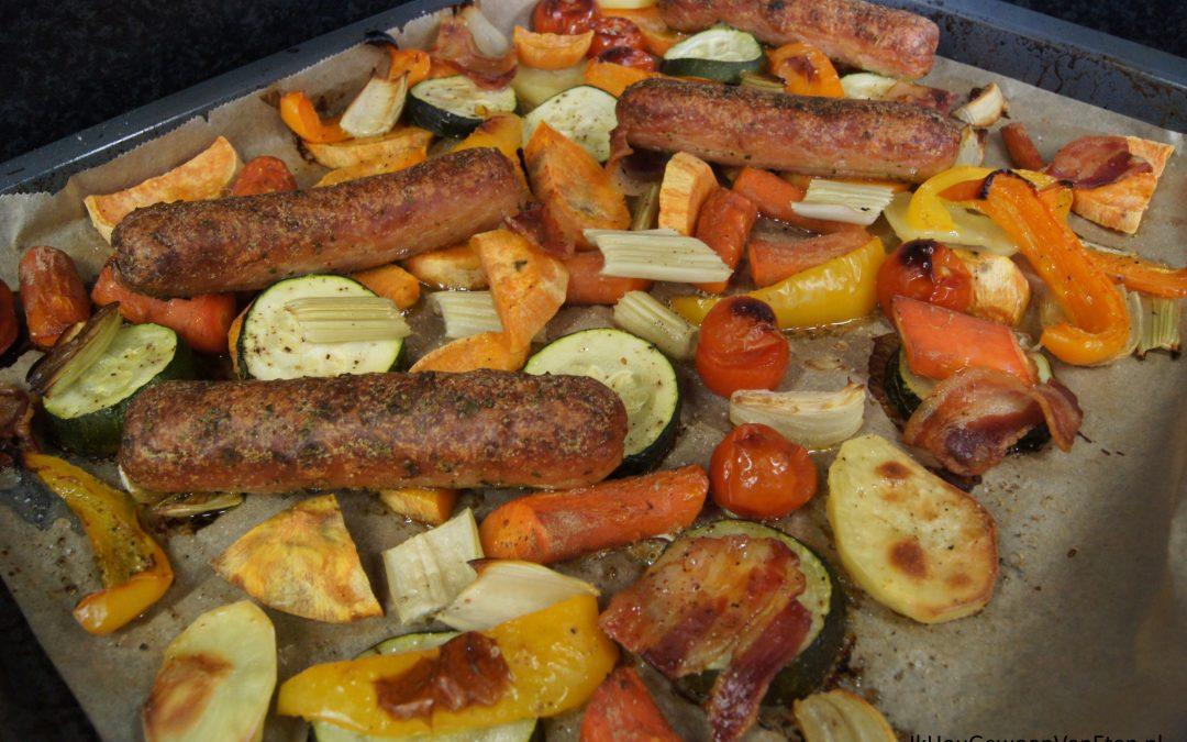 Traybake met zoete aardappel en voorgegaarde barbecueworstjes