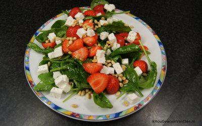 Spinaziesalade met aardbeien, feta en pijnboompitten