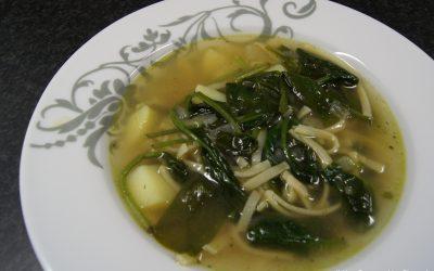 Oosterse miesoep met spinazie en aardappel