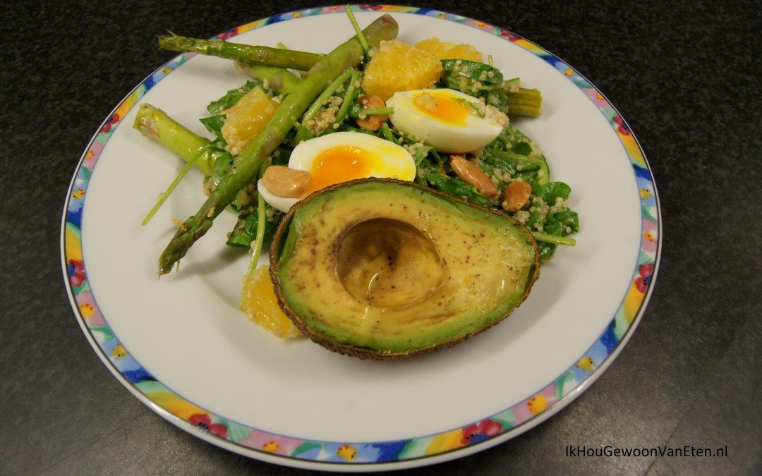 Groene asperges en avocado van de bakplaat