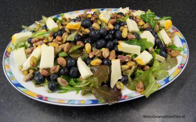 Salade met blauwe bessen, pistachenoten en Port Salut