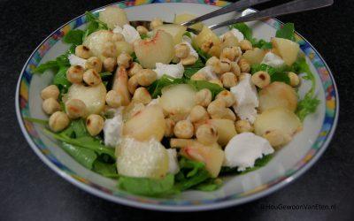 Salade met geitenkaas, hazelnoten en perzik