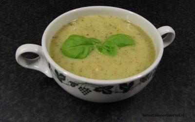 Koude courgette-pesto soep