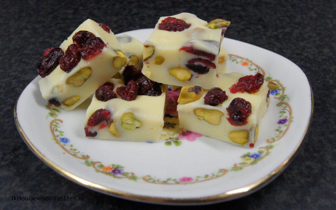Fudge van witte chocolade met pistachenoten en cranberries