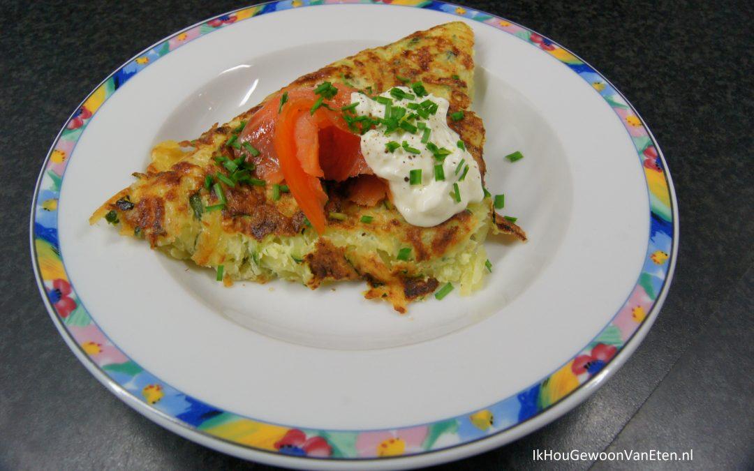 Aardappel-courgette-rösti met zalm en crème fraîche