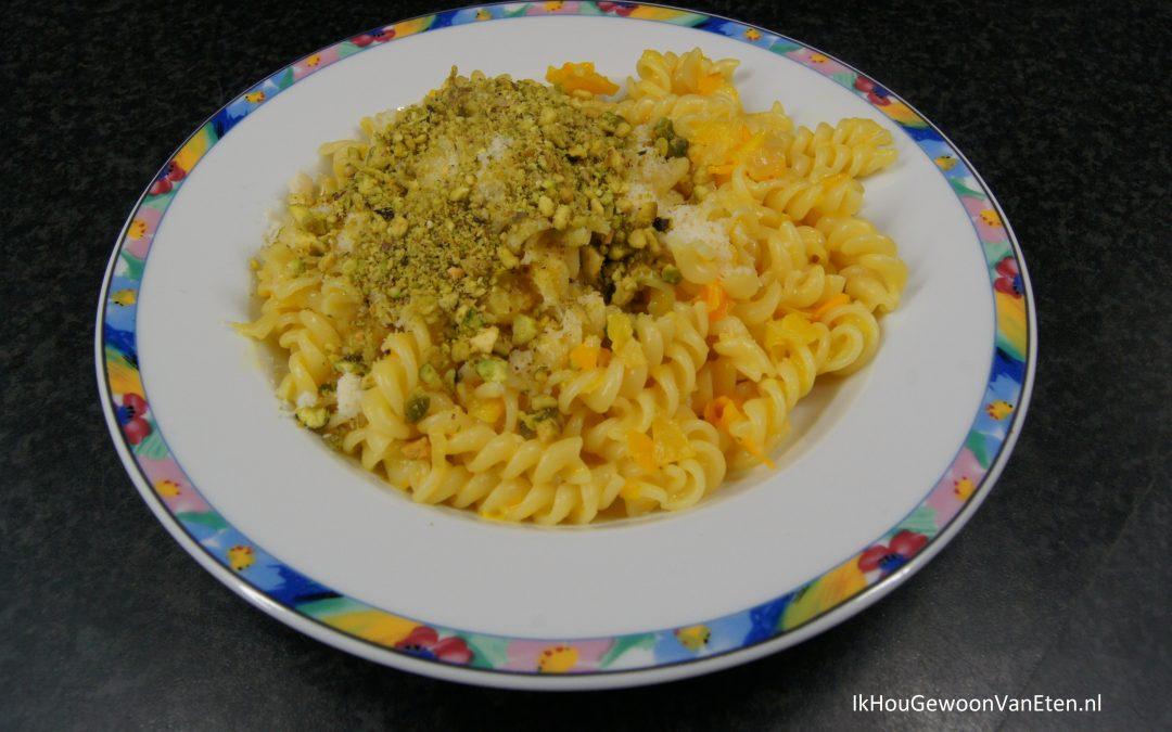 Fusilli met paprikasaus, pistachekruimels en Parmezaan