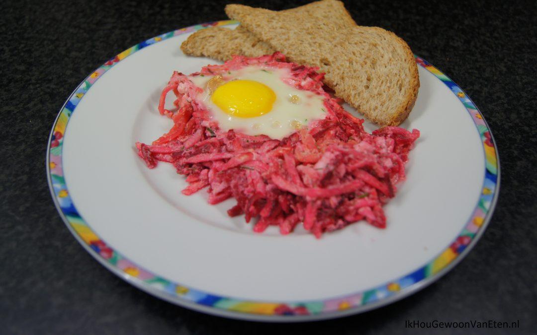 Bietjes en knolselderij met feta en eieren van de bakplaat