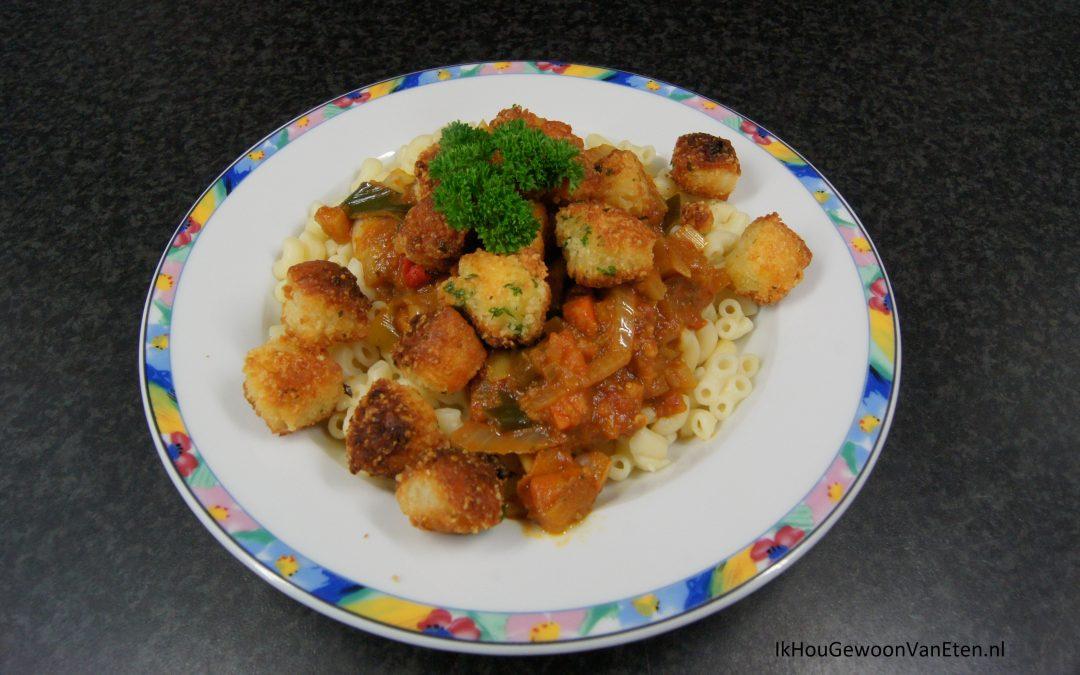Macaroni met tomatensaus en gepaneerde varkensvlees- of halloumiblokjes