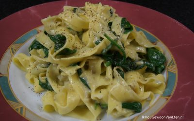 Snelle tagliatelle met romige spinazie-artisjok-saus