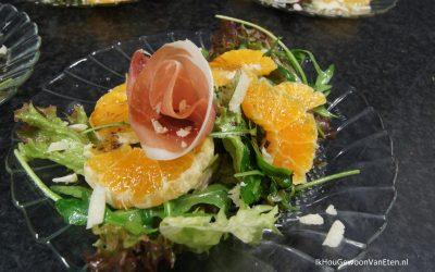 Kerstsalade met mozzarella, mandarijn en prosciutto