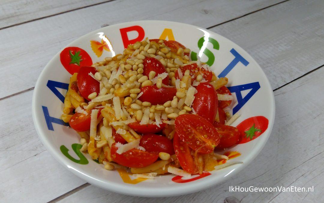 Pasta met rode pesto, asperges en snoeptomaatjes