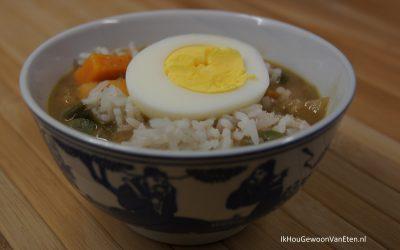 Pindasoep met zoete aardappel, rijst en ei