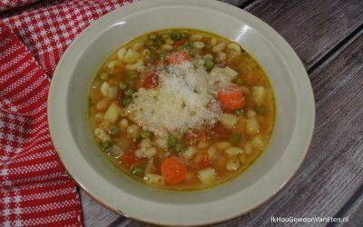 Soep met macaroni, witte bonen en parmezaanse kaas