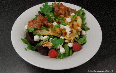 Salade met bieten, frambozen, geitenkaas en gebakken peren