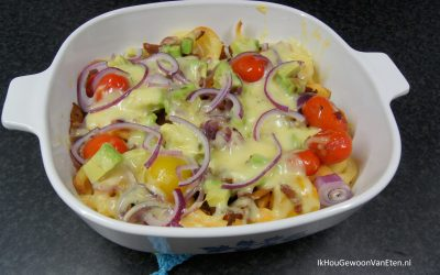 Krulfriet met kip, cherry tomaatjes, rode ui, avocado en kaas