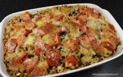 Pasta-ovenschotel met aubergine, spinazie en tomaat