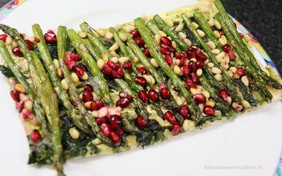 Plaattaart met groene aspergetips, pesto en granaatappelpitjes