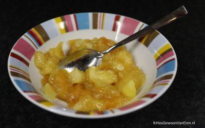 Appel-perencompote met kardemom en gedroogde mango