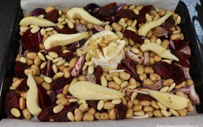 Traybake met bieten en bonen, ricotta en peer