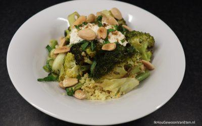 Traybake van groene groenten en bulgur, met amandelen en ricotta