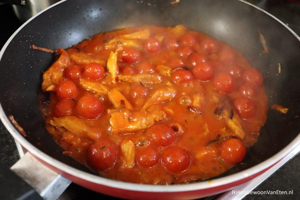 Panga met sperziebonen - laat nog even zachtjes doorkoken voordat je de sperziebonen en wortel erdoor roert