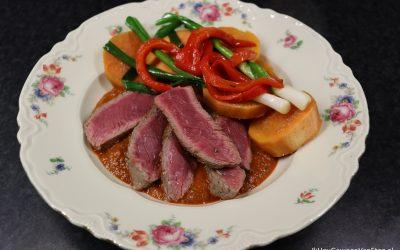 Biefstuk met een saus van lente-ui en geroosterde paprika