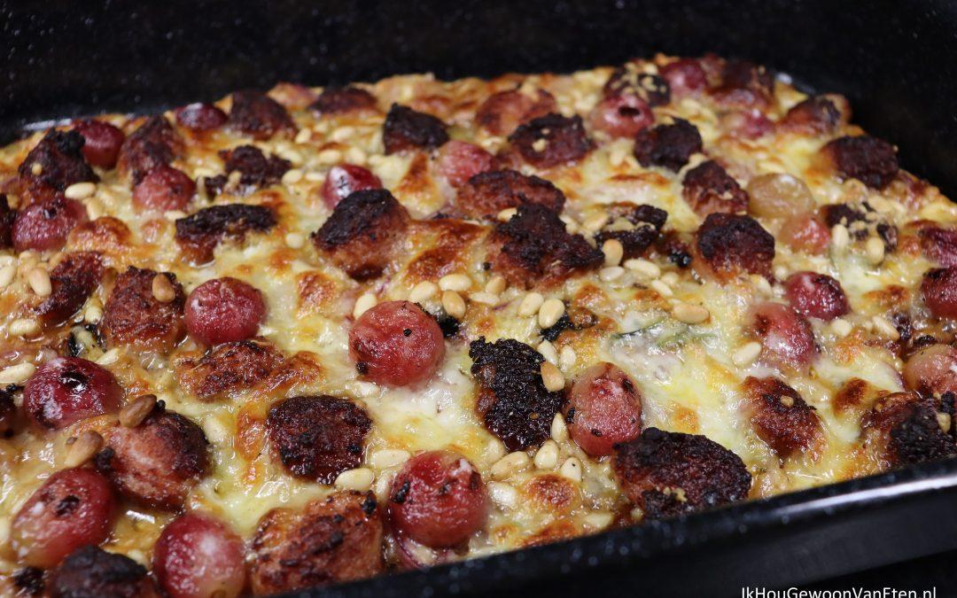 Pizza met worst en druiven