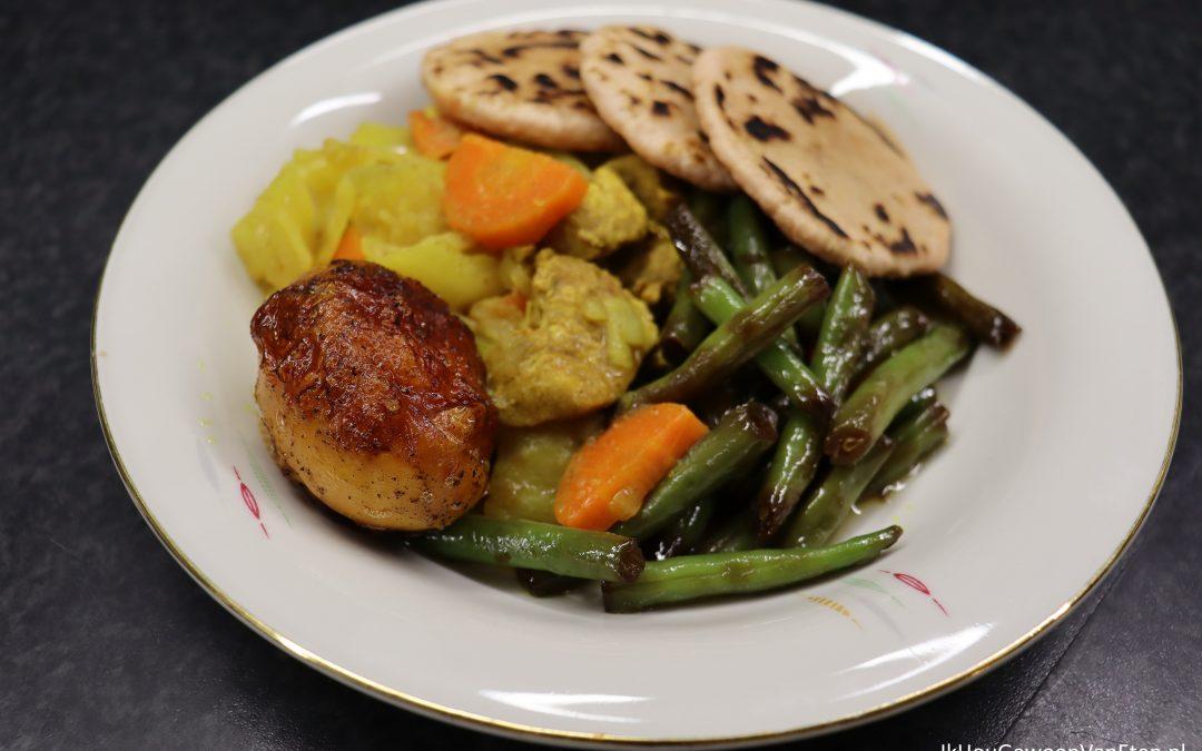 Kip-kerrie met ketjap-boontjes, kerrie-ei en knoflookbroodjes