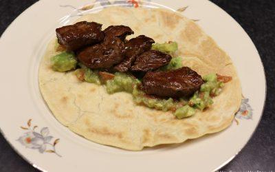 Zelfgemaakte tortilla's met biefstukreepjes en guacamole