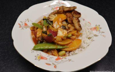 Roerbakgroenten en perzik in zoetzure saus