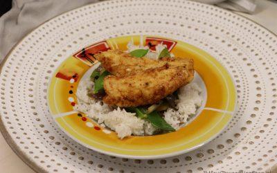 Gefrituurde kip met roerbakgroenten in honing-knoflook saus