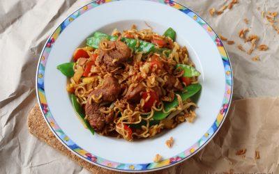 Snelle noodles met wokgroenten en ketjap-kip