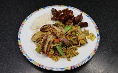 Deconstructed nasi met ketjap kip en gebakken banaan