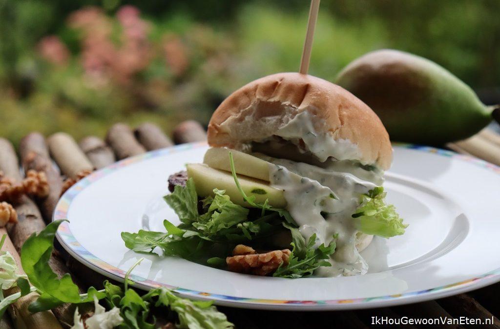 Burger met Roquefort, peer en walnoot